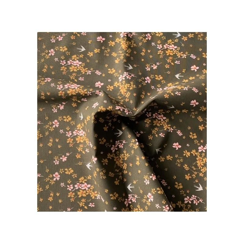 Bawełna SHIMA jaskółki kwiatki drobne różowe oliwkowe na brązowym z nutą zieleni