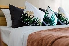 Metamorfoza sypialni — modne dodatki dekoracyjne